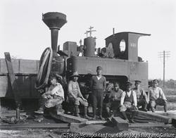 作品画像:鉄道第一連隊作業所、鉄道連隊機関車搬出に駆けつけた常総鉄道の作業員たち