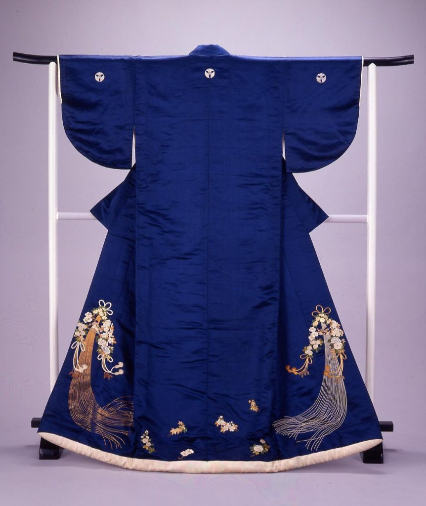 作品画像:紺繻子地薬玉模様縫打掛