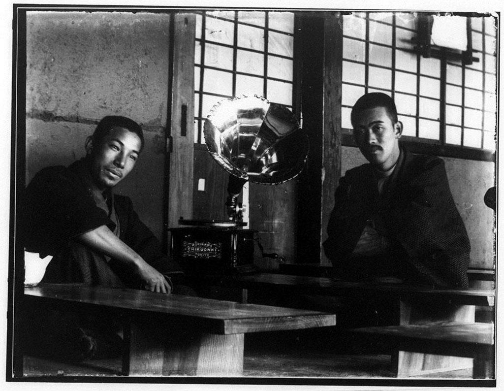 作品画像:蓄音機と2人の男性