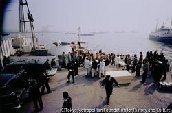 作品画像:引き揚げられた犠牲者の遺体が棺桶に入れられて運ばれていく。全日空機羽田沖墜落事故