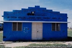 作品画像:1962年4月に創設された鉄道員組合の建物。創設の前年、31年にわたるトルヒーヨ独裁体制が終結。その後、選挙により選ばれたボッシュ大統領もクーデターで失脚