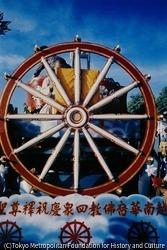 作品画像:仏教徒への激しい弾圧を繰り返してきたゴ・ディン・ジェム政権がクーデターで倒れ、祝賀デモが行われた。釈尊をたたえる文字をかかげる仏教徒の山車