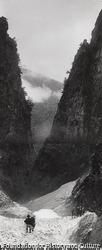 作品画像:剱の大滝を囲む大岩壁