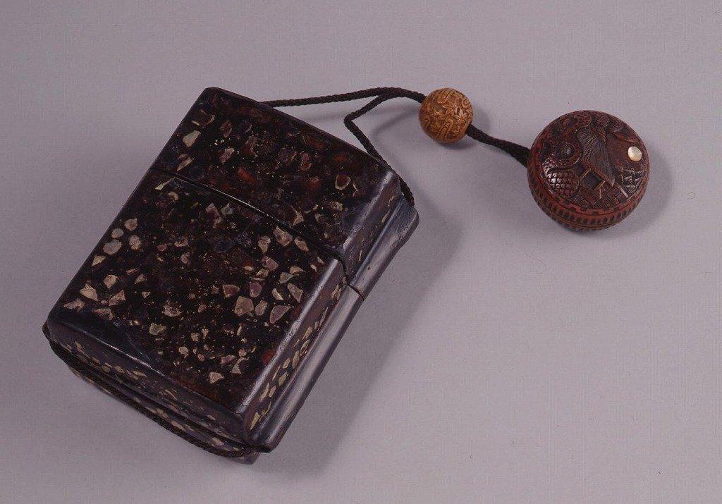 作品画像:木製漆塗螺鈿とんこつ一つ提げたばこ入れ