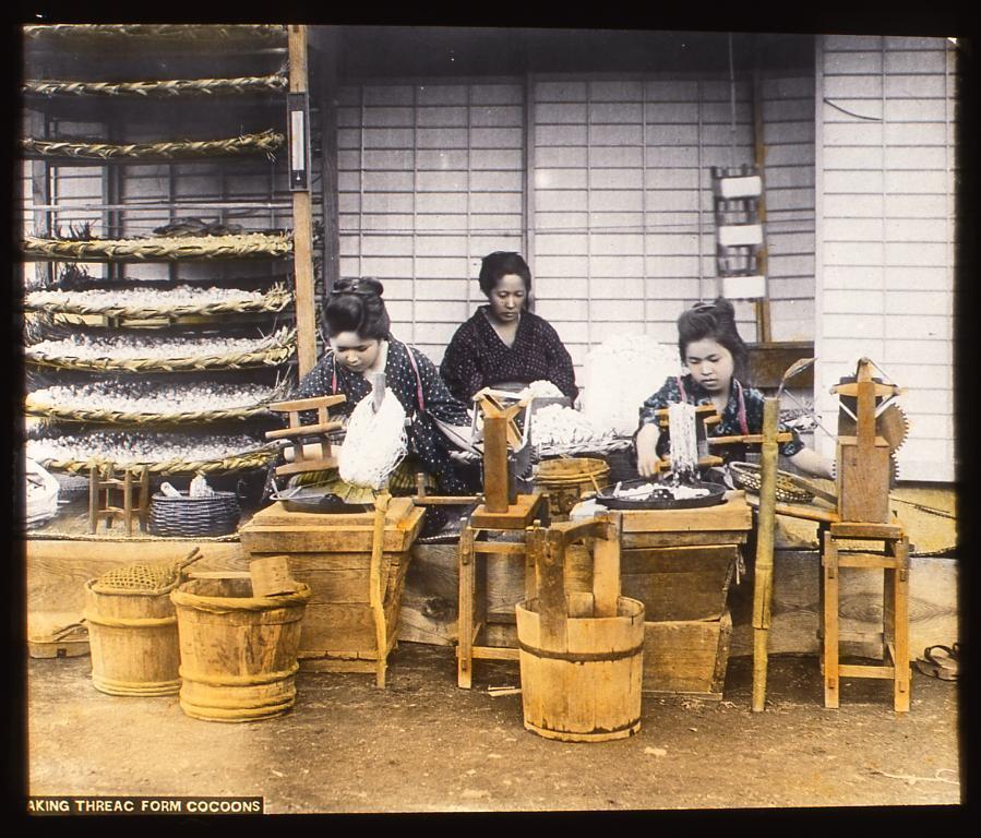 作品画像:養蚕をする女性たち