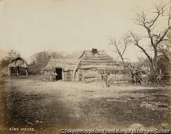 作品画像:北海道・アイヌの家屋と倉庫