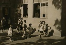 作品画像:託児所の子供達 (2)