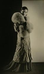 作品画像:(毛皮を着た女性)