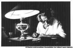作品画像:ランプの光で書き物をするシュヴァイツァー