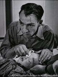 作品画像:セリアーニ医師とリー・マリー・ウィートリー、2歳6ヶ月。馬に頭をけられて救急処置を受けた。コロラド州クレムリング 1948年