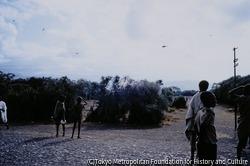 作品画像:救援物資を積んだヘリを待つ人々