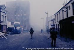 衝突の続くベルファストに、治安維持のためイギリス軍が投入される。2階の窓にアイルランド共和国旗がみえる