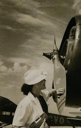 作品画像:(女性と飛行機)