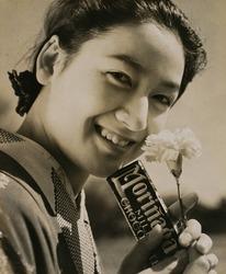 作品画像:カーネーションの女性(森永ミルクチョコレート)