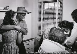 作品画像:娘を治療するセリアーニ医師を見つめる両親 コロラド州クレムリング 1948年