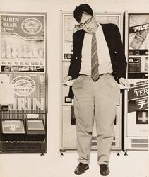 作品画像:(自販機の前で立つ男)