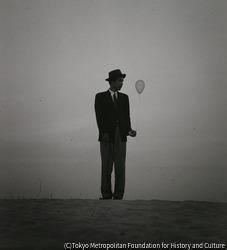 作品画像:風船を持った自画像(Ⅱ)