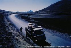 作品画像:1972年からの異常気象と大干ばつによりエチオピアは飢餓にみまわれていた。救援物資を積んだローリー