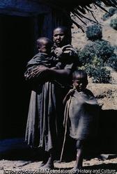 作品画像:避難民のためのシェルターに現れた親子