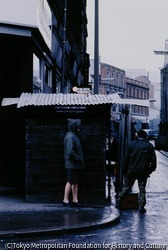 作品画像:パートタイマーの義勇兵として検問所に立つプロテスタントの女の子