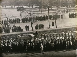 作品画像:皇居へ列をなして進む人々(二重橋より)
