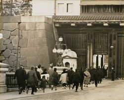 作品画像:閉館時間 駆け込む人々(二重橋で)