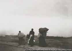 作品画像:家路につく薪拾いの女3人、シャルロッテンブルクを背景に