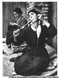 作品画像:糸を紡ぐ人