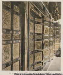 作品画像:14. 拝殿の戸の横からの眺め 家光の霊廟 日光