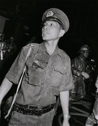 作品画像:消火液を浴びた警官 新宿・歌舞伎町