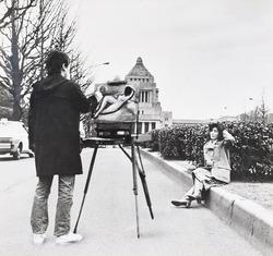 作品画像:(国会議事堂前で女を描く男)