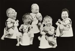 作品画像:(おまるに座る老人の顔をした赤ちゃんたち)