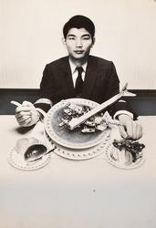 作品画像:(飛行機を食べる男)