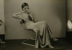 作品画像:(パイプ椅子に座る女性)