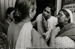 作品画像:祝福に訪れた時は、積極的に女性たちに話しかけて苦労話や笑い話に耳を傾ける