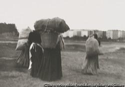 作品画像:ゾフィー・シャルロッテ通りに向かう薪拾いの女4人