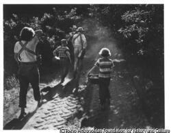 作品画像:朝日の中を歩く一家