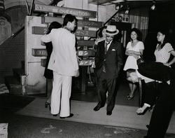 作品画像:100円玉落ちましたよ 池袋・東映通りキャバレー前