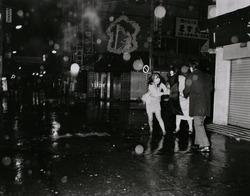 作品画像:春雨に舞う 池袋・西一番街