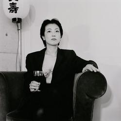 作品画像:ワイン・グラスを持つヒサエ・S.