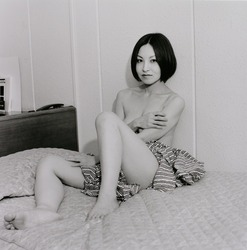 作品画像:ベッドに座るミツヨ、東京