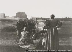 作品画像:薪で一杯の乳母車の側で休む女、「エリーザベト王妃兵舎」を背景に