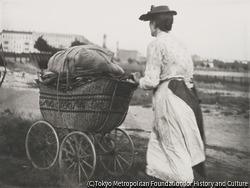 作品画像:薪で一杯の乳母車と女、クノベルスドルフ橋を背景に