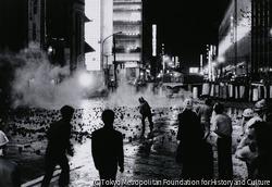 沖縄デー 銀座目抜通りの市街戦、激しい投石、催涙弾の乱射の応酬(午後8時頃)