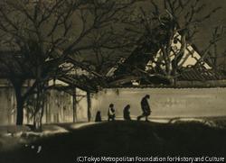作品画像:(塀の前を歩く2人)