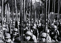 作品画像:全学共闘会議派は、東大・日大闘争勝利全国総決起大会を開き、安田講堂前を8,500人の武装学生で埋め尽くした