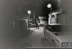作品画像:客をタクシーまで送ってゆく 浦添泉町