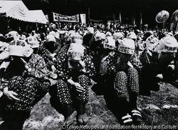 作品画像:8日機動隊のガス弾を受けて危篤となったノンセクトの活動家、東山薫さん(27才)が10日成田赤十字病院で死亡、14日葬儀が行われた