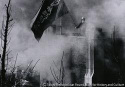 作品画像:燃えあがる工学部列品館、煙に包まれながらもがんばる学生