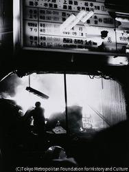 作品画像:反戦デー・新宿事件 1968年10月21日米軍ジェット燃料輸送タンク阻止、安保反対の全学連統一行動が新宿駅中心に行われ、三派全学連と機動隊が衝突。新宿駅舎が放火されるにおよんで警視庁はついに騒乱罪適用に踏み切った。